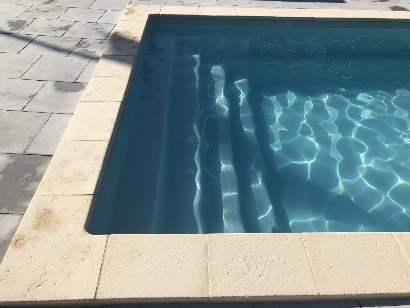 cobalt la piscine fond plat avec grand escalier. Black Bedroom Furniture Sets. Home Design Ideas